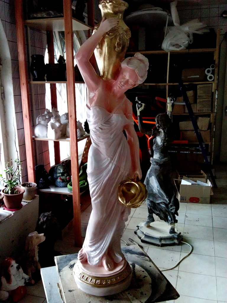 фигурка Девушка с кувшинами розовая