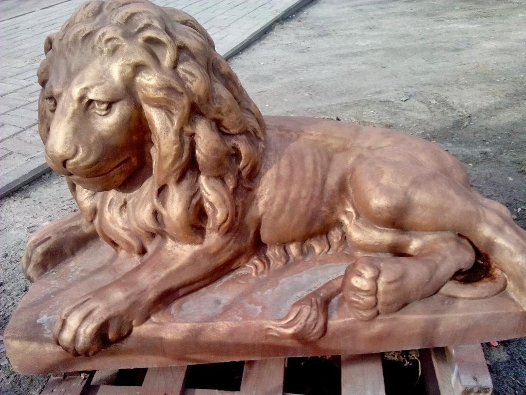 лев лежащий левый