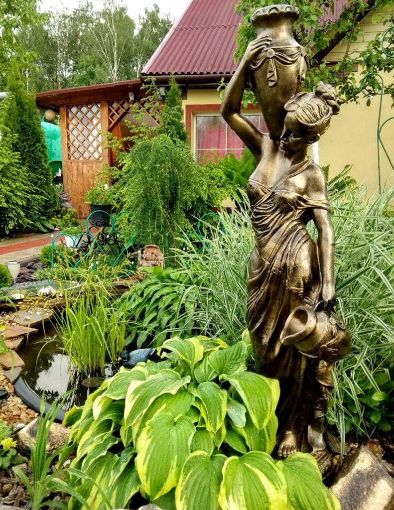 статуя у пруда
