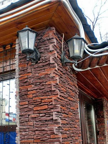 Отделка фасада частного дома декоративным искусственным Диким камнем