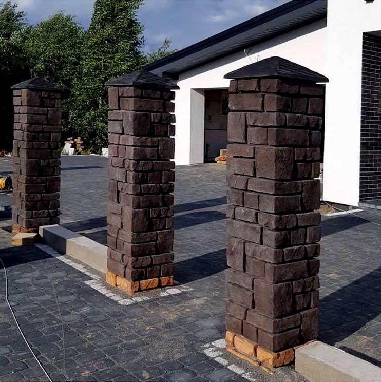столбы воротной группы с фактурой камни