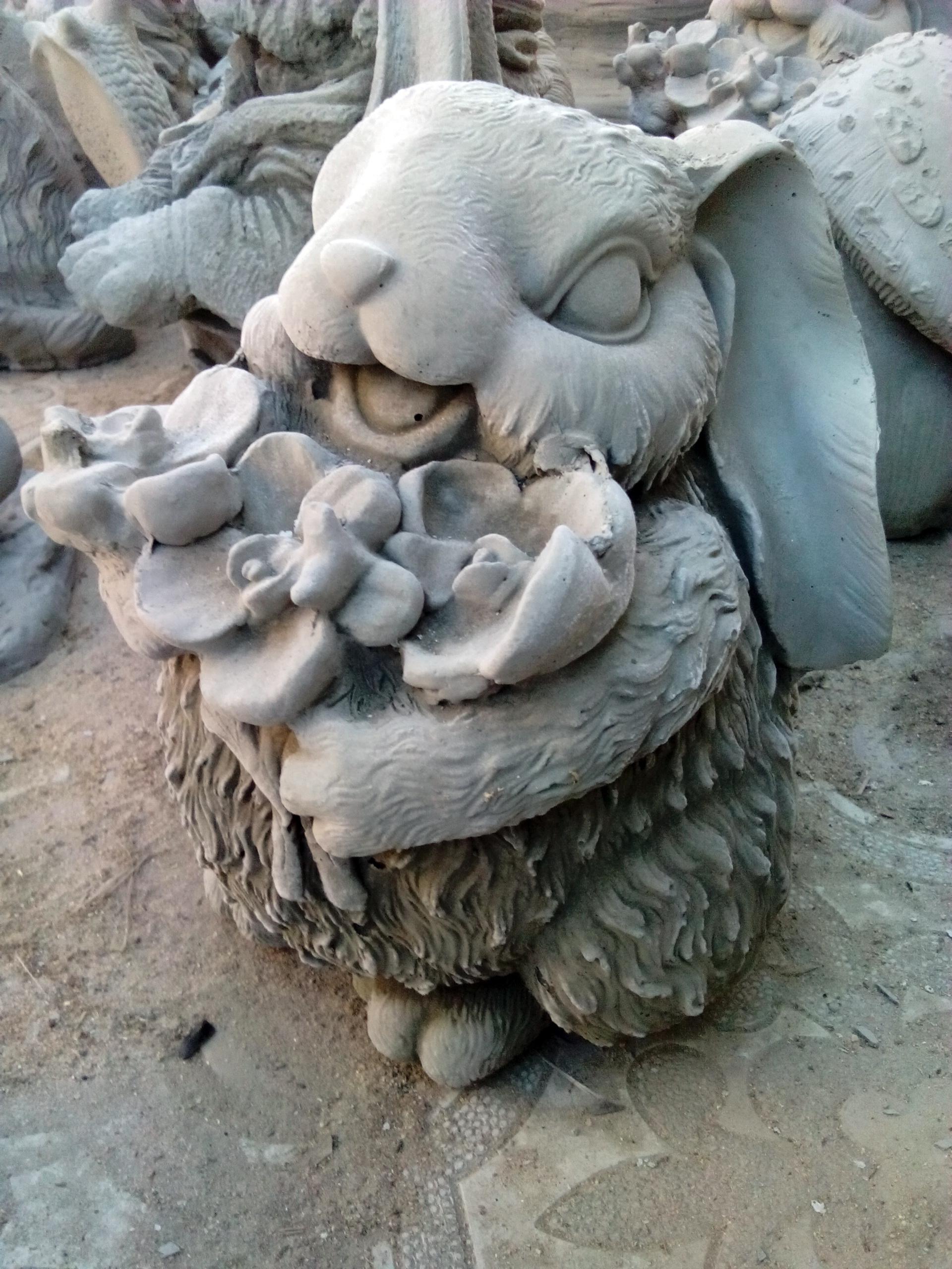 заяц с цветами из бетона