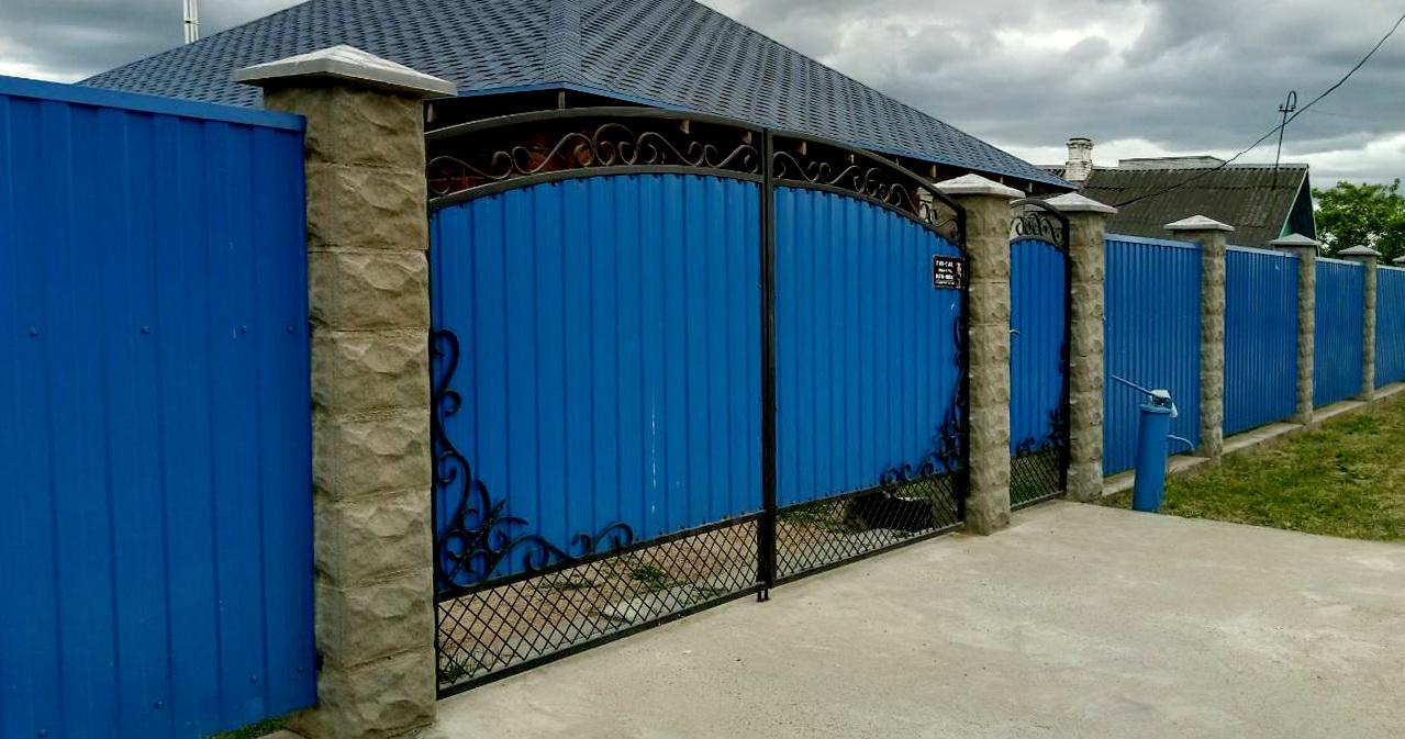 забор рваный камень+ синий металлопрофиль